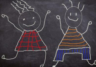 Rysunek dzieci na kredowej tablicy